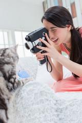 カメラ女子 カメラで猫を撮る女性