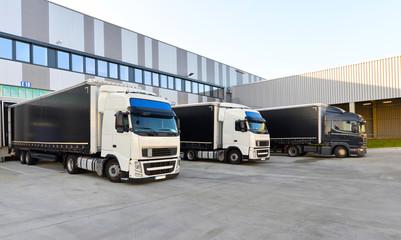 LKW´s zur Beladung am Depot einer Spedition // shipping