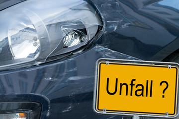 kaputtes Auto und Schild - Unfall