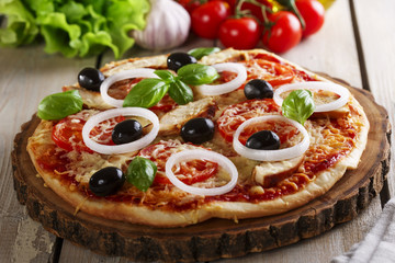 Pizza with chicken cheese and tomatoes