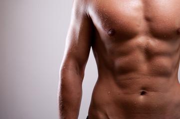 Junger trainierter Mann oben ohne mit Bauchmuskeln