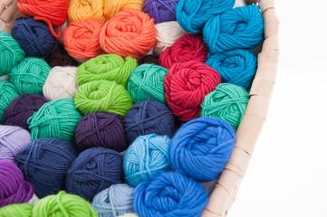 Bunte Wolle zum stricken im Korb