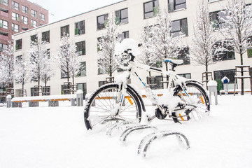 La pose en embrasure Art Studio heavy winter storm in european city