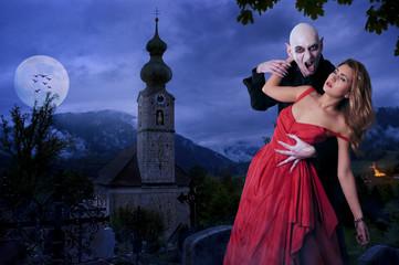 Vampir beisst hübsches Mädchen