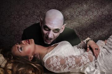 Vampir beisst schlafendes Mädchen