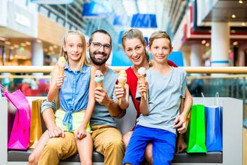 Familie isst Eis in Tüte im Einkaufszentrum