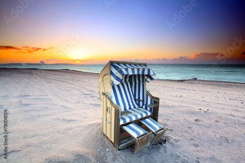 Strandkorb sonnenuntergang  Ostsee Strandkorb im Sonnenuntergang
