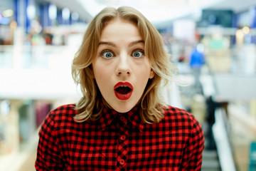 Удивленная девушка в магазине