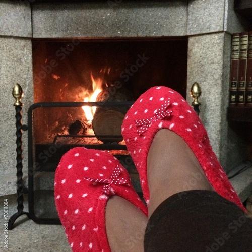 """Descansando frente a la chimenea viendo el fuego"""" fotos de archivo ..."""