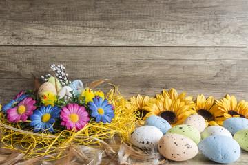 Obraz Wielkanocna dekoracja na drewnianej teksturze - fototapety do salonu