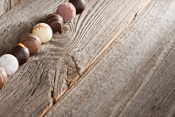 Pralinen vor Holzhintergrund