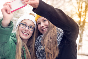 Teenies making Selfie in Wintersunset
