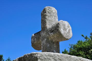 Ciel bleu et croix en granit