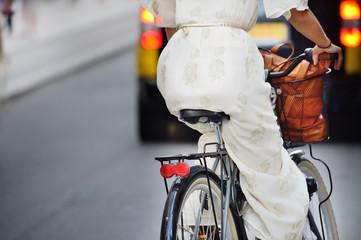 Fototapete - Woman on bike, evening traffic