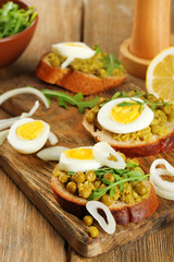 Sandwiches with green peas paste and boiled egg with onion