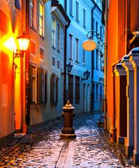 Wąska średniowieczna ulica w starym mieście w Rydze - 78112619