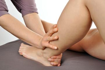 Osteopathische Behandlung an Bein und Fuß
