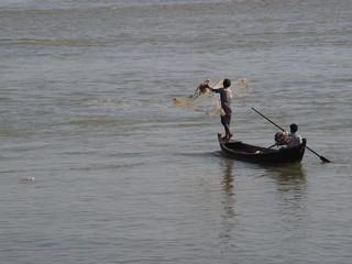 Pescador lanzando las redes en Mingun (Myanmar)