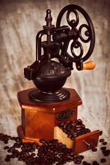 Ручная мельница для кофе и кофейные зерна