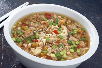 zuppa cinese con spaghetti