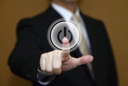 電源スイッチを押すビジネスマン