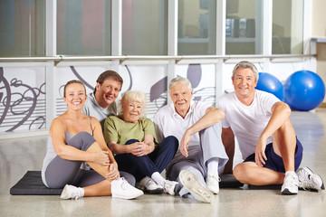 Gruppe Senioren sitzt im Fitnesscenter