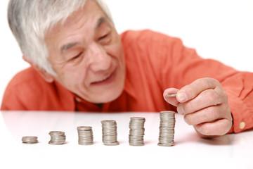 貯金をする高齢者