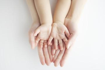 重ねた親子の手