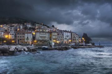Coup de vent sur village de pêcheur Croatie