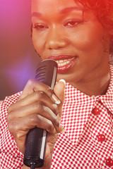 femme noire sixties chantant