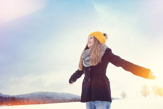 Tween fühlt die Freiheit im Winter