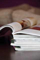 Zeitschriften auf einem Tisch