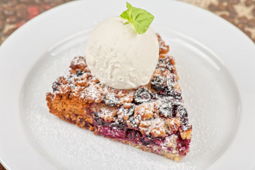 Crumble pie with black currants