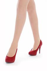 jeune femme marchant avec escarpins rouge