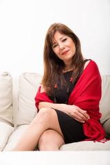 Schöne reife Frau auf dem Sofa