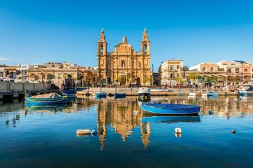Obraz L'église Stella Maris, d'inspiration baroque et ses bateaux de pêche à Msida, Malte - fototapety do salonu