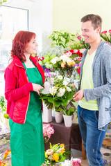 Kunde kauft Rosen im Bumenladen