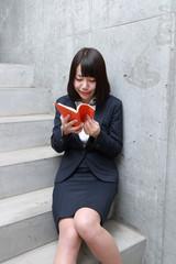階段で読書をする女性