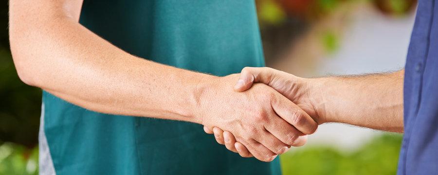 Arbeiter machen Handschlag zur Begrüßung