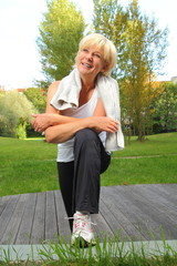 Dame beim Sport mit Handtuch macht Pause