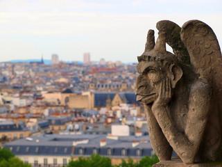 パリの風景を見る像