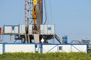 land oil drilling rig with top drive system