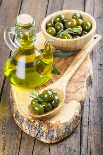 Aceitera de cristal con aceite de oliva y cuenco con aceitunas stockfotos und lizenzfreie - Aceiteras de cristal ...