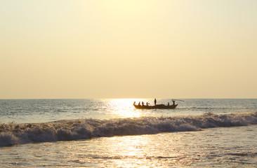 Рыбаки на лодке плывут в океан