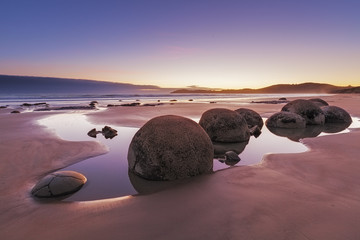 Foto op Plexiglas Nieuw Zeeland Famous Moeraki Boulders at low tide, Koekohe beach, New Zealand