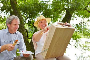 Senioren malen gemeinsam ein Bild