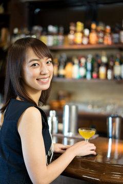 バーで飲む女性