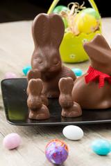 Coniglietti pasquali di cioccolata su un piatto