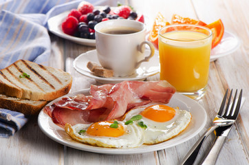 Photo sur Toile Ouf Coffee cup, Two eggs and bacon for healthy breakfast