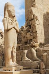 Estatua de Pinedyem I en el Templo de Karnak, Luxor.